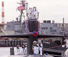 The USS Key West nuclear submarine returns to welcoming families and friends at Pearl Harbor after a six month deployment in support of Operation Enduring Freedom.  PHOTO BY DENNIS ODA. DEC. 15, 2001.